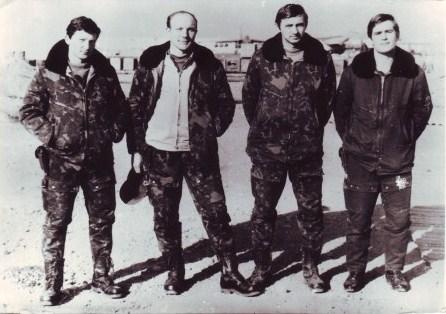 Павлюков К. Г. (первый справа) с сослуживцами на аэродроме Баграм. Январь 1987 г.