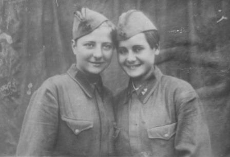 Разведчица Валентина Олешко (слева) с подругой перед заброской в немецкий тыл в район Гатчины